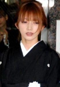 2010年1月23日に母親の時子さんが3階建て自宅から転落 して亡くなられました。 その時の葬儀の髪型です。後頭部下で清楚なまとめた髪の後藤真希さん。