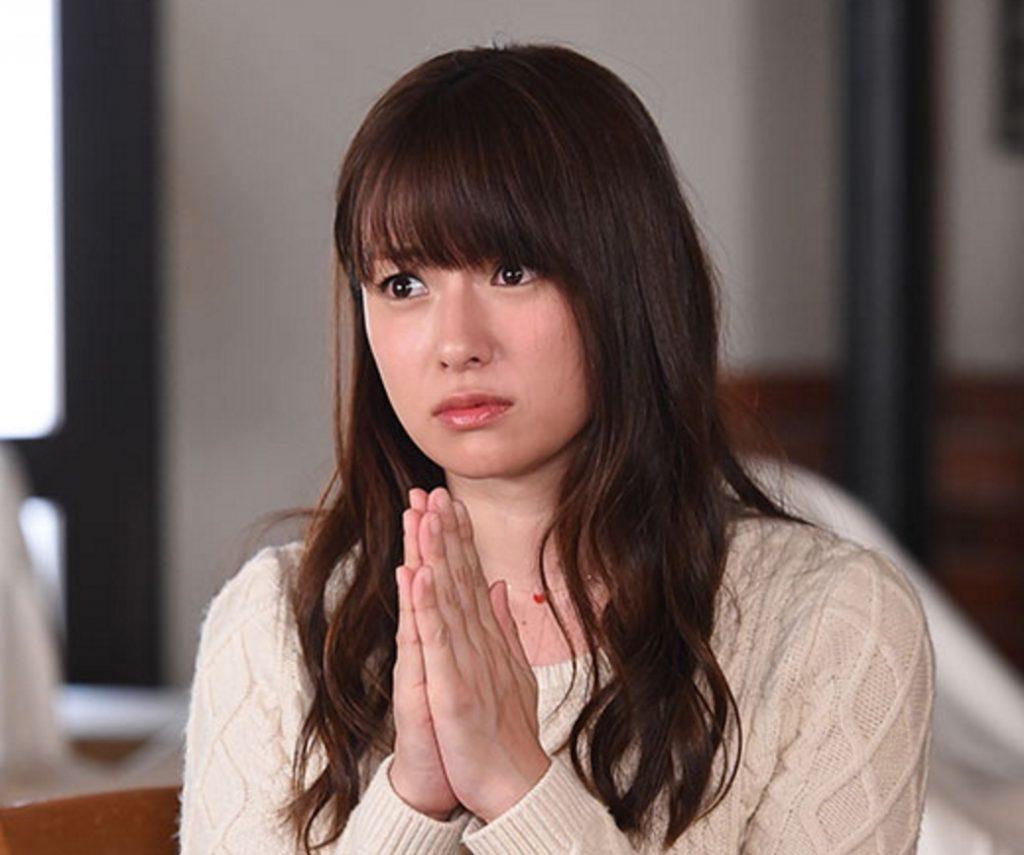 前髪は深田恭子さん定番、目にかかる長さでストレート目におろしているのが特徴。サイドは長めにして小顔効果で、ゆるふわロングヘアで、女性らしくてかわいいヘア