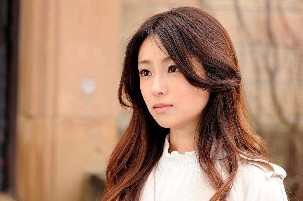 こちらも「セカンド・ラブ」最終回の深田恭子さん。髪色を明るくし、全体的にウェーブをかけることで、大人な女性を出しています。同じ役でも、髪型を変えるだけで、