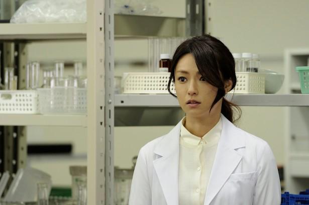またまた「セカンド・ラブ」の深田恭子さん。1枚目とは違い、前髪にウェーブをかけることで、同じ髪型でも、大人のセクシーさが出ています。白衣の中のブラウスも、