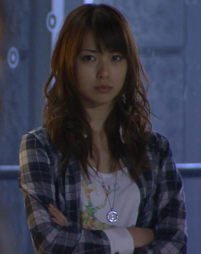 テレビドラマ「BOSS」の木元真実役の戸田恵梨香さん。茶髪に多めの前髪。ロングにパーマで細かく動きを出してます。白Tシャツにシルバーのアクセサリーに ブルーの