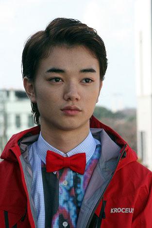 赤いジャンパーの染谷将太