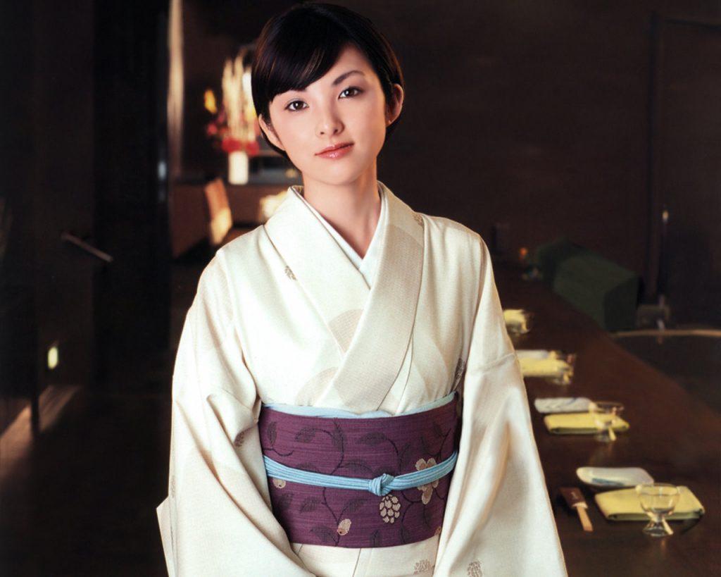 白と紫を基調にした美しい柄の入った着物を着こなす田中麗奈