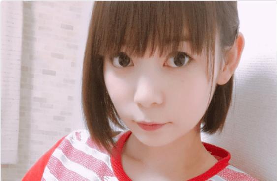 髪を耳にかけている中川翔子